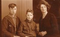 Jan Oostindiër (1920 - 1969), Klaas Aldert Omta (1926) en Alida Jantina Oostindiër (1892 - 1945)